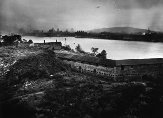 Photographie du fort de l'Île Sainte-Hélène. À l'arrière-plan, on voit le fleuve et Montréal.
