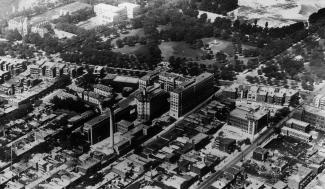 Vue aérienne de l'hôpital, du parc Lafontaine et des alentours.