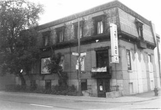 Façade du bâtiment abritant le Théâtre de Quat'sous, au coin des avenues Coloniale et des Pins Est.