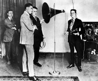 Le boxeur Jack Dempsey au micro de CFCF lors d'une visite des studios en 1922.