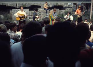 Une foule assiste à un spectacle du groupe 3's a Crowd à l'extérieur du pavillon de l'Ontario
