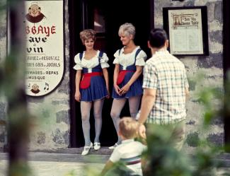 Deux hôtesses ou serveuses à l'entrée du restaurant L'Abbaye
