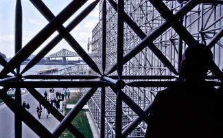 Photo prise de l'intérieur du pavillon des Pays-Bas, avec vue sur le pont Jacques-Cartier en arrière-plan