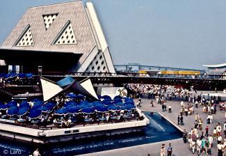 Vue de la terrasse du restaurant Le Raphaël avec un pavillon thématique et le pont Jacques-Cartier à l'arrière-plan
