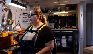Une artiste joaillère au travail dans son atelier