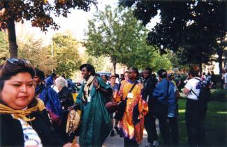Un groupe de femmes marche à l'extérieur dans un parc