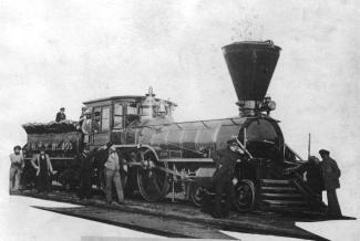 Photographie de la locomotive avec employés tout autour.