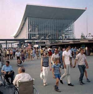 Vue extérieure du pavillon de l'Union soviétique avec une foule qui circule devant.
