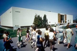 Une foule marche devant le pavillon de la Tunisie à Expo 67
