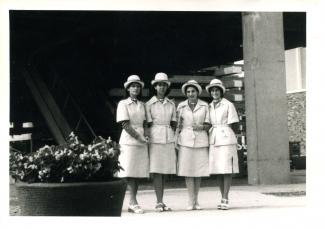 Quatre jeunes femmes, en costume d'hôtesse, à Terre des Hommes.