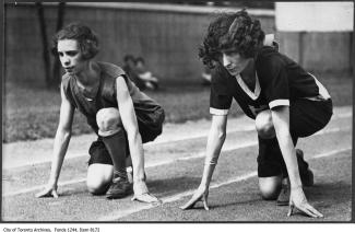 Deux femmes en position de départ pour une course.