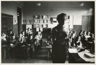 Une professeure enseigne aux élèves de l'école Folk Shule, ou École juive populaire, alors située sur la rue Van Horne.