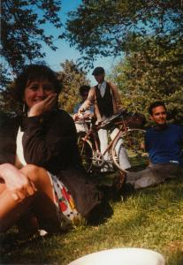 Claire Morissette, assise dans l'herbe, sourie au photographe