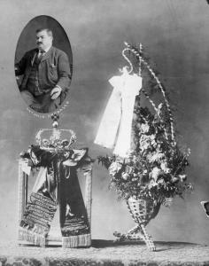 Photo d'Antonio Cordasco en médaillon et deux couronnes de fleurs