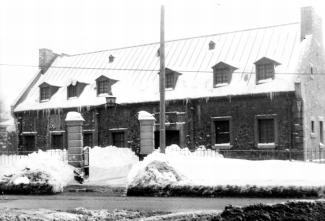 Photographie de face du bâtiment abritant le réservoir Côte-des-Neiges en hiver.