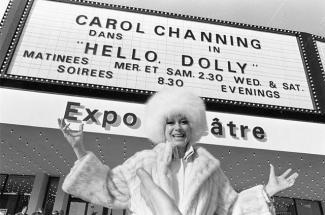 La populaire chanteuse américaine Carol Channing devant l'Expo Théâtre