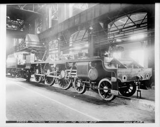 Photographie d'une locomotive en assemblage dans les ateliers Angus.