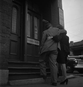 Un couple enlacé va entrer dans un appartement. Sur la porte, on peut lire une affiche disant « Victoire Chambres à la journée ».