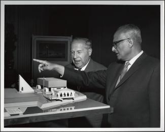 Pierre Dupuy lors du dévoilement de la maquette du pavillon de l'Inde