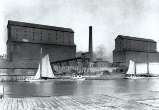 Photographie de biais du silo-élévateur et d'embarcations sur l'eau.