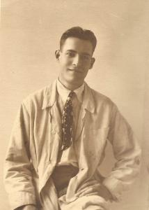 Portrait taille d'Émile Brunet souriant vers 1913