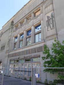 Façade de l'édifice Empress Theatre en 2018. Malgré les éléments architecturaux néoégyptiens visibles, le délabrement de l'édifice, en arrière d'une grille métallique de protection, est palpable.