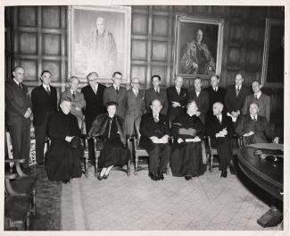 Wanda Stachiewicz (2e de la rangée du bas), assise parmi ses collègues masculins, lors d'un évènement non identifié. Il pourrait s'agir de l'inauguration de l'Institut polonais des arts et des sciences au Canada.