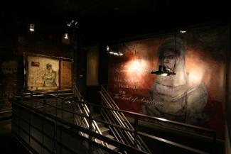 Vue sur le panneau titre et le panneau d'introduction de l'exposition Qui a mis le feu à Montréal? 1734. Le procès d'Angélique