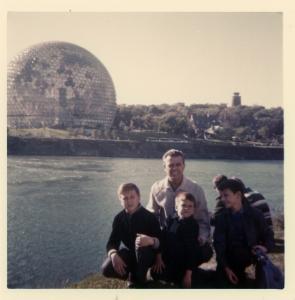 La famille Taillefer avec le pavillon des États-Unis à l'arrière-plan