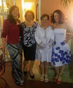 Quatre femmes souriantes
