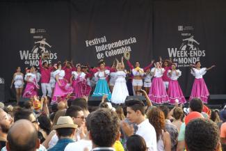 Spectacle de danse lors de la fête nationale de la Colombie au parc Jean-Drapeau, de jour