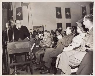 Sur la photo, nous voyons M. Camillien Houde qui échange un sourire avec M. Maurice Duplessis, alors premier ministre du Québec.