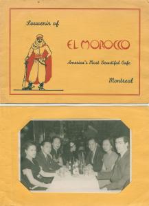 Pochette de carton dont la couverture est ornée d'un homme en habits arabes. À l'intérieur, une photo en noir et blanc montre un groupe de personnes assises autour d'une table.
