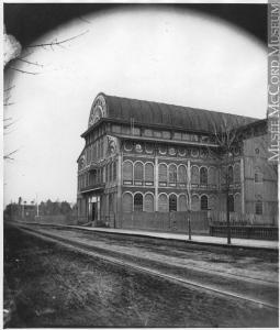 Photo montrant le Palais de Cristal sur la rue Sainte-Catherine.