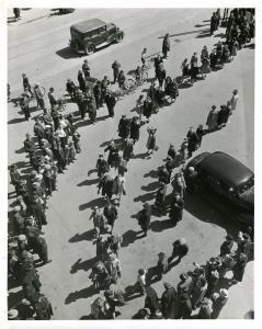 Foule d'ouvriers et ouvrières en grève.