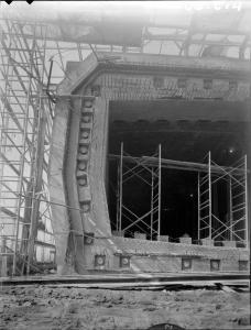 Construction en cale sèche d'un des sept caissons du pont-tunnel