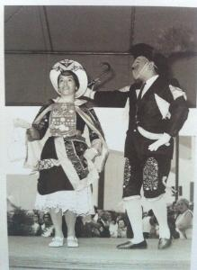 Un homme et une femme dansent. Ils portent des habits traditionnels péruviens.
