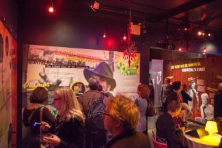 Plusieurs personnes visitant une exposition lors du vernissage.