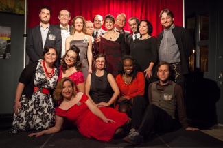 Photo de groupes réunissant seize personnes souriantes en tenue de soirée.