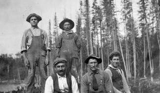 Équipe d'ouvriers italiens sur les chemins de fer du Crowsnest Pass Railway.
