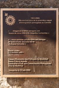 Plaque soulignant le 50e anniversaire de la première vague d'immigration portugaise au Canada en 2003.