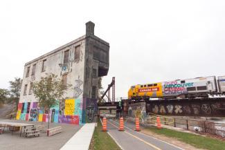La tour d'ailluillage en 2017. Le bâtiment est abandonné.