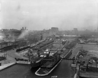 Photographie du canal de Lachine, vu à vol doiseau de biais à Montréal
