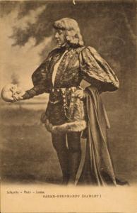 Sarah Bernhardt dans le rôle d'Hamlet en 1899.