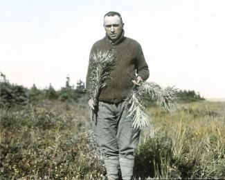 Portrait en pied  de Conrad Kirouac (frère Marie-Victorinen) en nature.