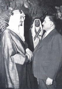 Deux hommes se serrent la main.