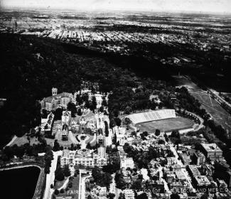 Photographie aérienne du Mont-Royal. Au bas, le complexe de l'hôpital Royal-Victoria.