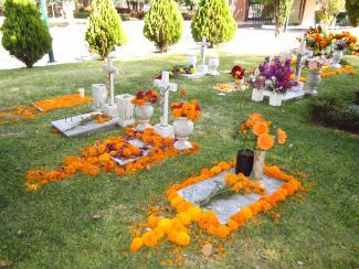 Offrandes près de trois tombes.