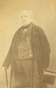 Portrait en pied d'Allan Napier MacNab tenant sa canne et son chapeau.