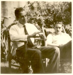 Anthony Phelps et un autre homme assis à l'extérieur